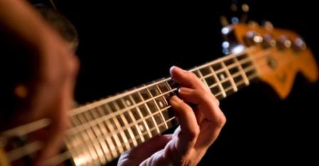 melatih-keluwesan-jari-kiri-untuk-bermain-gitar1