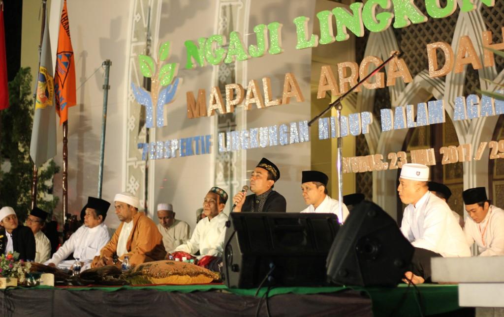 KH. Dr. Ahmad Faiz LC. MA. menyampaikan tausiyah pada Ngaji Lingkungan. Foto : Rosidi HUMAS